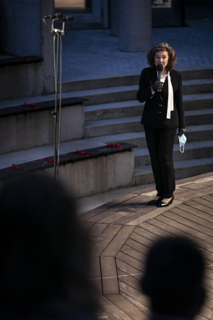 Z boku sceny amfiteatru stoi z mikrofonem Dyrektor Opery i Filharmonii Podlaskiej.