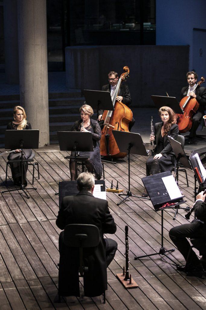 Na scenie letniej orkiestra kameralna podczas koncertu wieczornego.