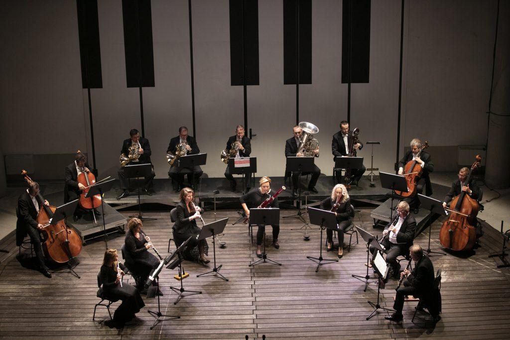 Na scenie amfiteatru orkiestra kameralna Opery i Filharmonii Podlaskiej podczas koncertu wieczornego.