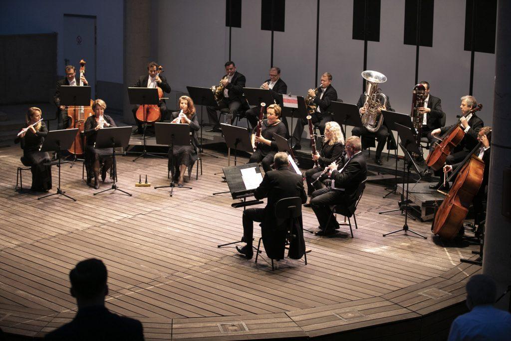 Koncert wieczorny w amfiteatrze Opery i Filharmonii Podlaskiej. Na scenie gra orkiestra kameralna.