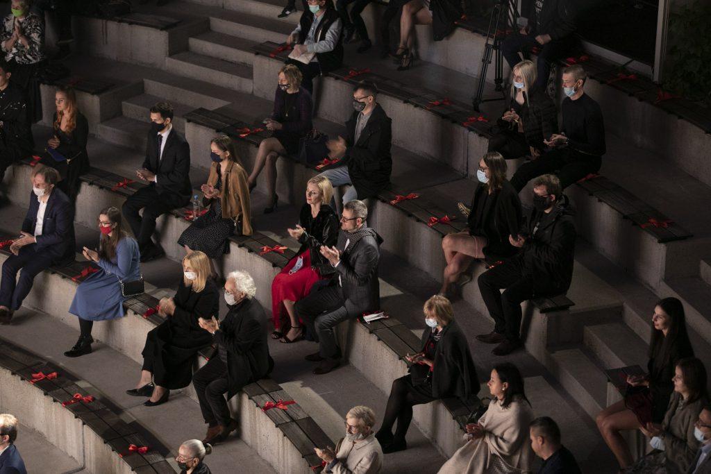 Koncert w amfiteatrze Opery i Filharmonii Podlaskiej. Widownia w maseczkach ochronnych oklaskuje artystów.