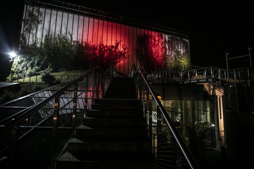 Budynek Opery i Filharmonii Podlaskiej podświetlony na czerwono.