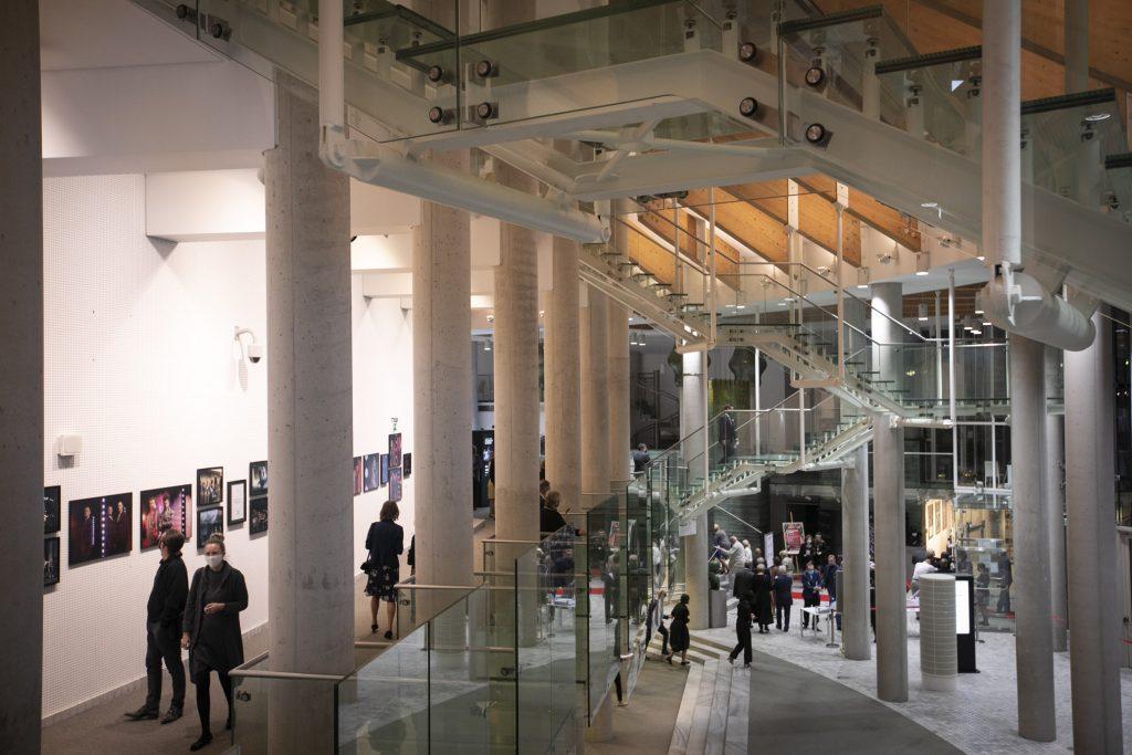 Na dolnym i górnym foyer publiczność oczekująca na spektakl.
