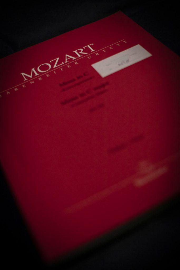 Partytura symfonii C-Dur W.A. Mozarta w czerwonej oprawie.