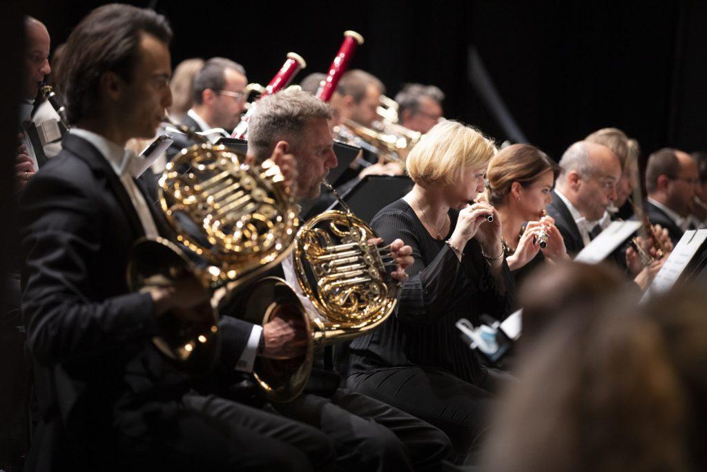 Zbliżenie na część orkiestry. Grupa dęta Orkiestry Opery i Filharmonii Podlaskiej podczas koncertu.