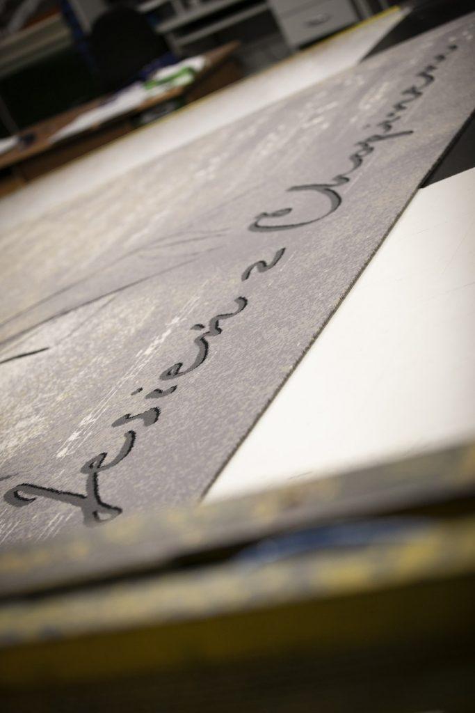 Zdjęcie dywanu promującego cykl koncertów ,,Jesień z Chopinem'' uchwycone z boku.