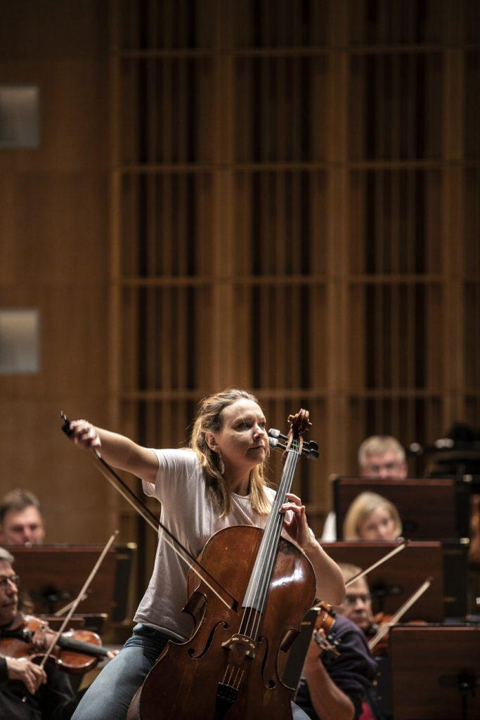 Kobieta grająca na wiolonczeli podczas próby.