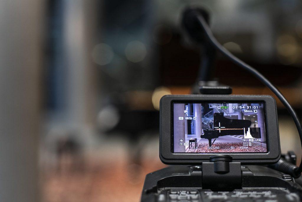 Na zdjęciu widok na kamerę, na monitorze wyświetla się fortepian.