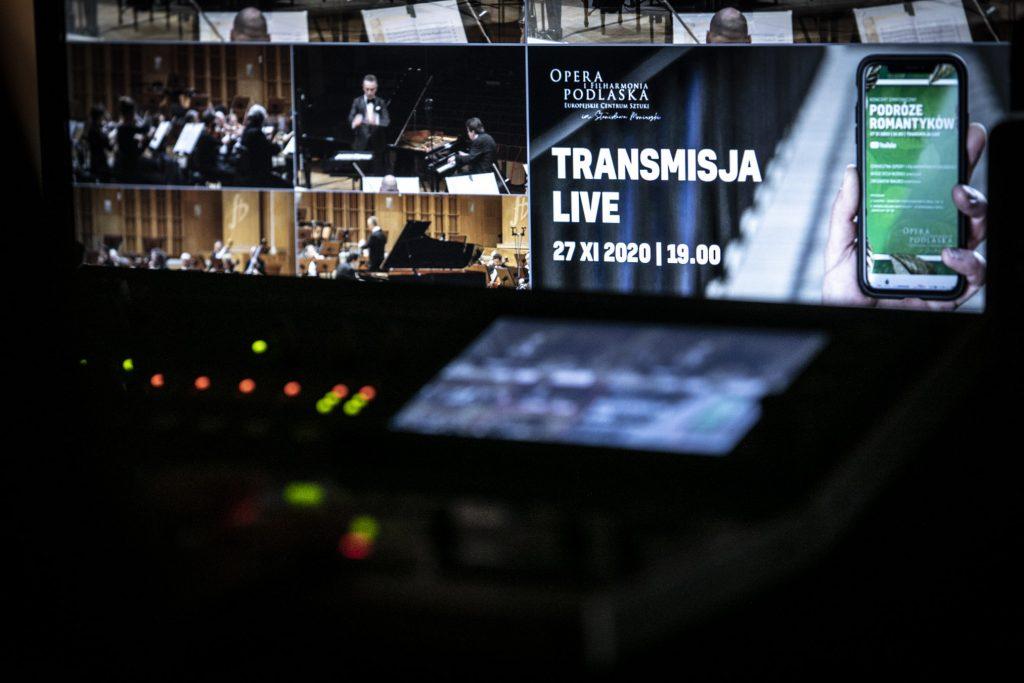 Na zdjęciu monitory na których widać kadry z transmisji z koncertu.