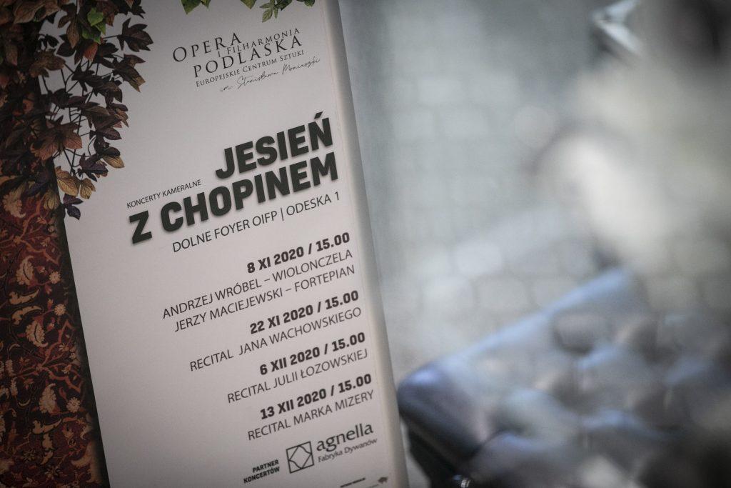 Plakat promujący cykl koncertów na dolnym foyer ''Jesień z Chopinem ''.