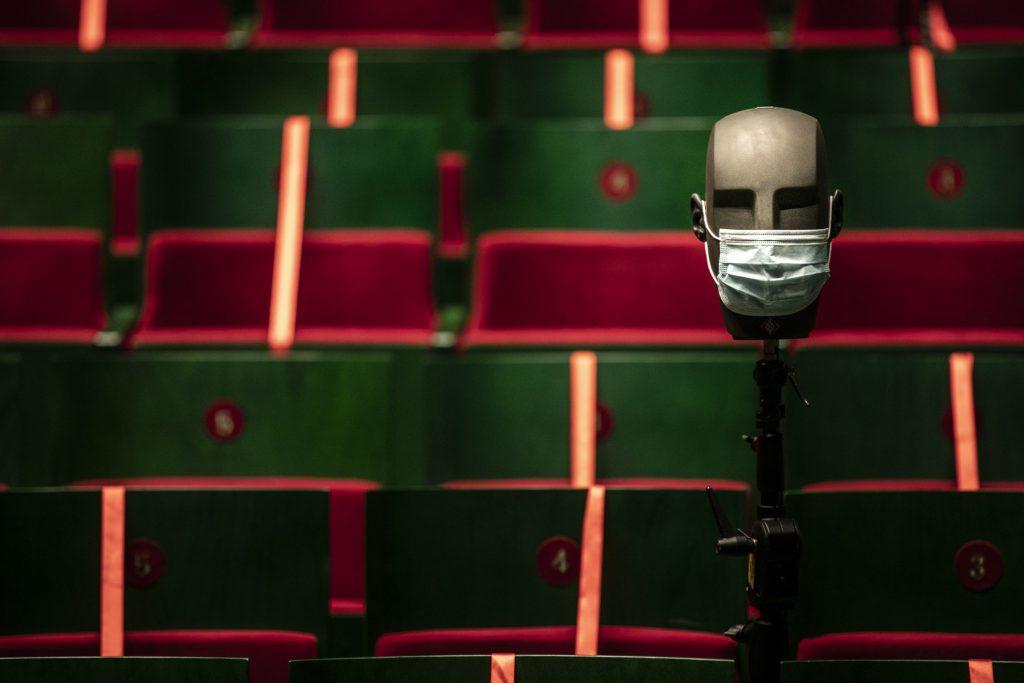 Zbliżenie na krzesła widowni Dużej Sceny. Po prawej stronie , na statywie głowa z tworzywa w maseczce ochronnej.