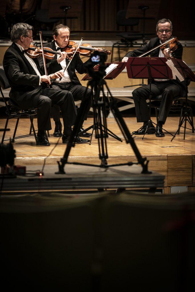 Na zdjęciu gra trzech muzyków z Kwartetu Camerata.