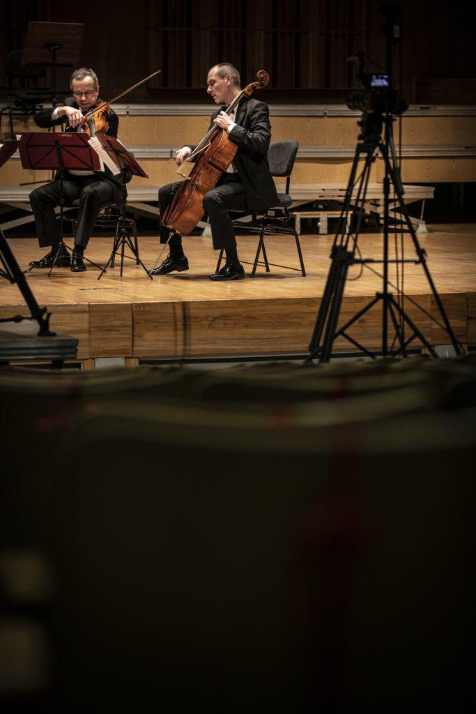 Na zdjęciu widać grających dwóch muzyków z Kwartetu Camerata.