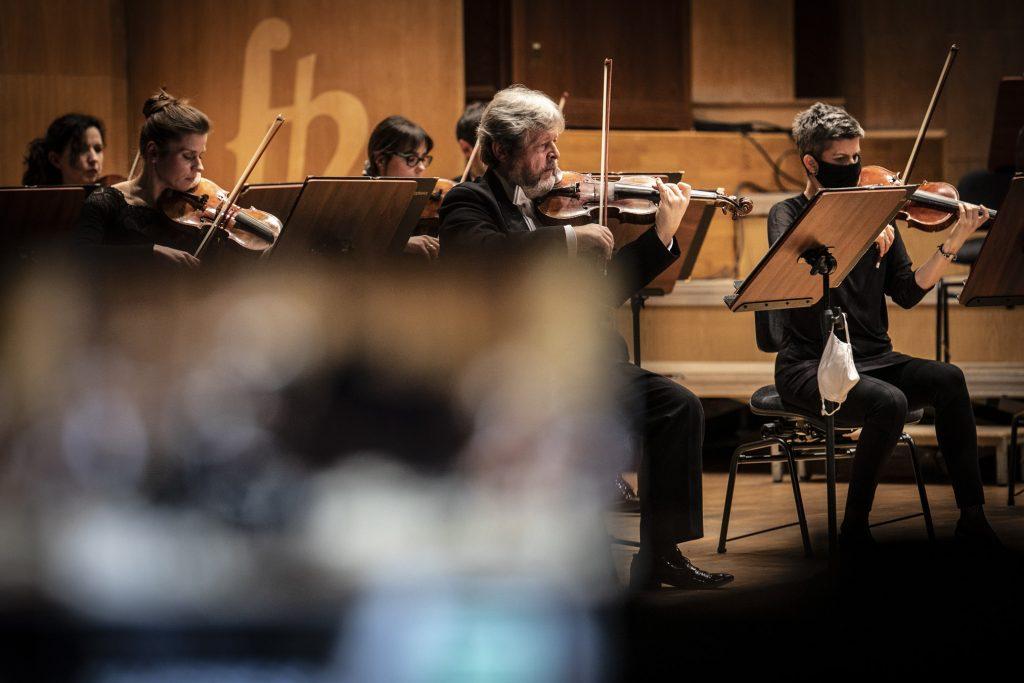 Na scenie gra kwintet smyczkowy orkiestry.
