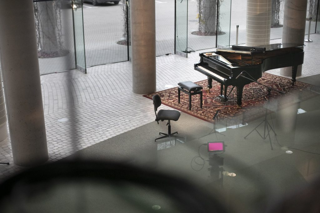 Dolne foyer. Na środku stoi fortepian.