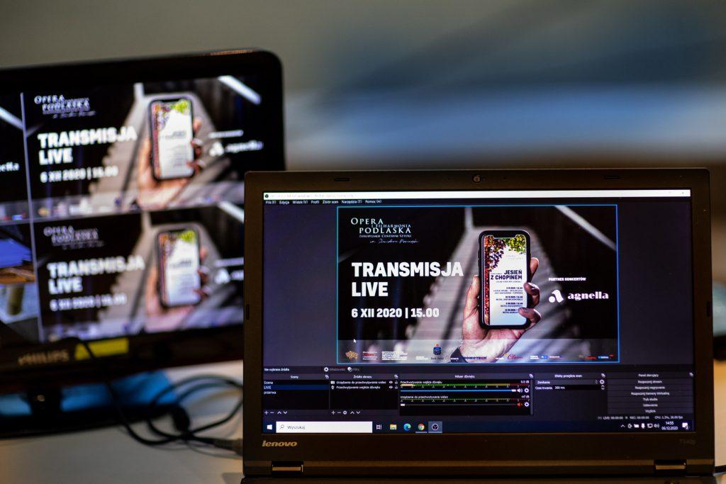 Na zdjęciu zbliżenie na dwa monitory. Na nich wyświetla się informacja '' Transmisja Live 6.XII 2020 / 15.00 Jesień z Chopinem ''