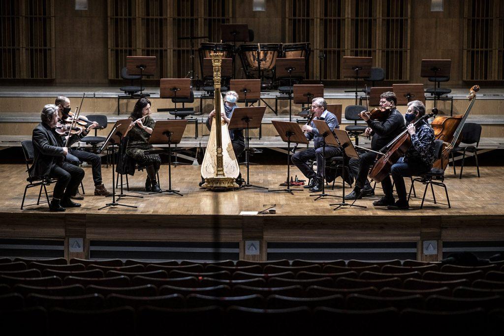 Próba do koncertu. Na scenie kilku muzyków Orkiestry Opery i Filharmonii Podlaskiej.