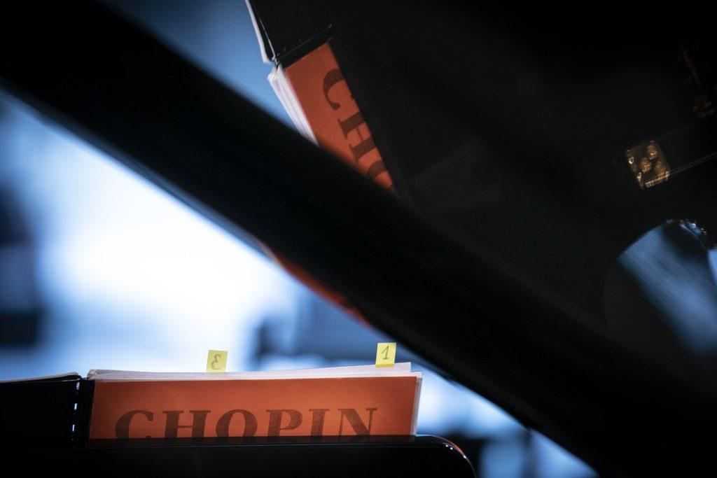 Na zdjęciu zbliżenie na napis ''Chopin'' znajdujący się na nutach.