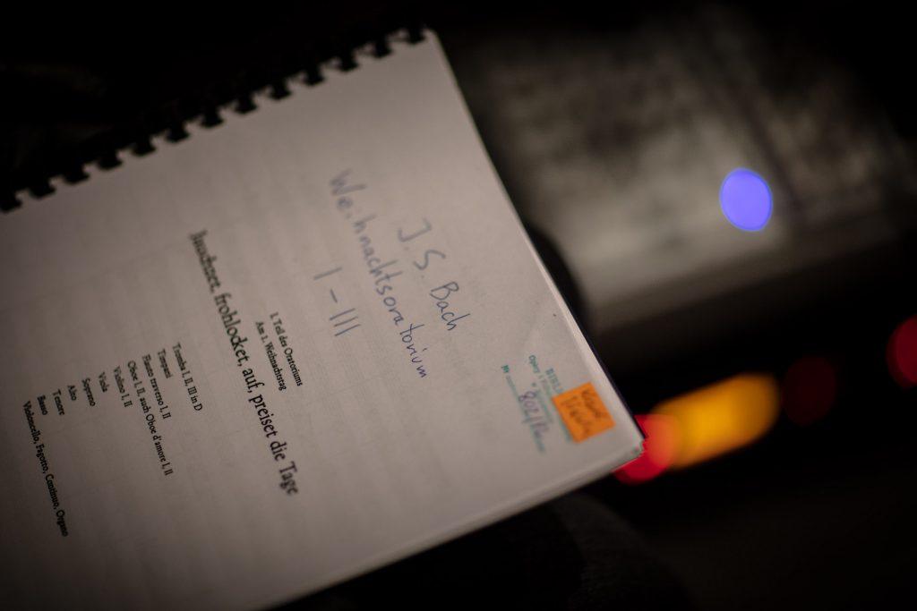 Na zdjęciu, leżąca bokiem kserokopia partytury '' Oratorium na Boże Narodzenie '' J.S. Bacha.