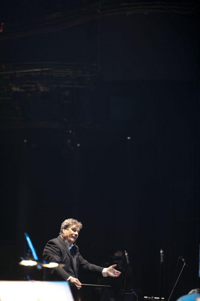 Na zdjęciu dyrygent, prof. Mirosław Błaszczyk podczas nagrania koncertu ''Wielkie kolędowanie''.