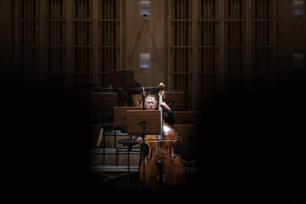 Próba do koncertu. Na zdjęciu widoczny mężczyzna grający na kontrabasie.