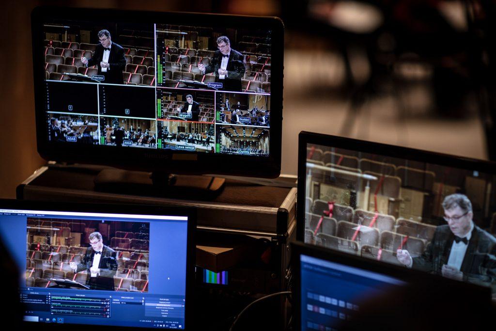 Na zdjęciu kilka monitorów na których wyświetlają się obrazy z koncertu.
