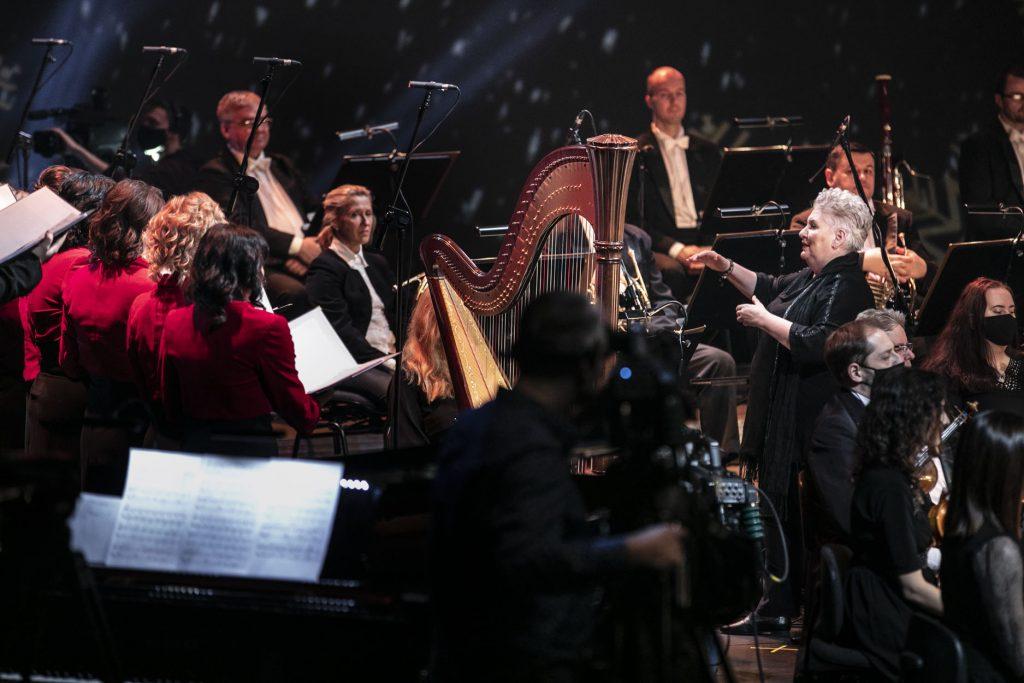 Nagranie koncertu ''Wielkie kolędowanie''. Na zdjęciu, po lewej stronie stoi część chóru, dalej siedzi orkiestra. Pomiędzy nimi stoi kierownik chóru oraz p.o. Dyrektora, prof. Violetta Bielecka.