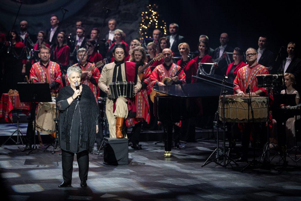 Nagranie do koncertu ''Siła serc''. Na środku z mikrofonem stoi dyrektor Opery i Filharmonii Podlaskiej - Prof. Violetta Bielecka. Za nią, w strojach argentyńskich - zespół ''Sierra Manta'' Z tyłu stoi część Chóru Opery i Filharmonii Podlaskiej.