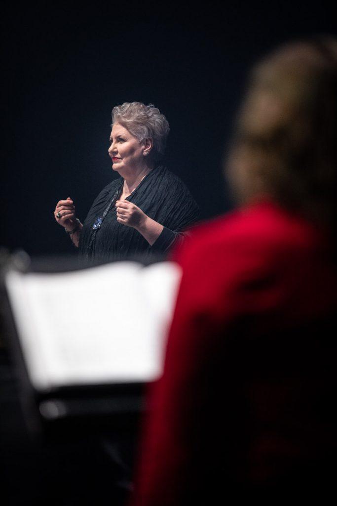 Na zdjęciu Prof. Violetta Bielecka podczas nagrań do koncertu ''Siła serc''.