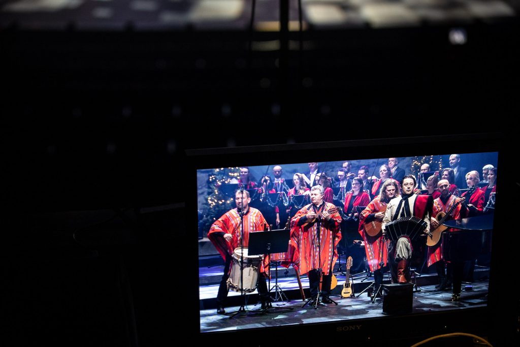 Zbliżenie na monitor na którym widoczny kadr przedstawiający zespół ''Sierra Manta'' z instrumentami .