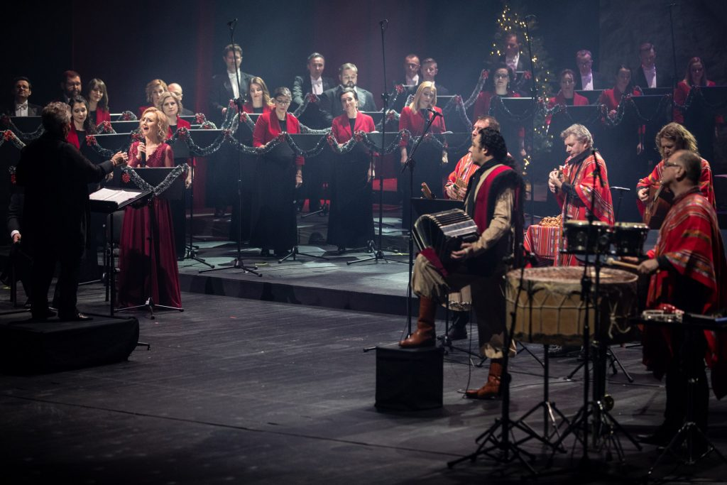 Nagranie do koncertu ''Siła serc''. Po prawej stoją muzycy w strojach argentyńskich. Dalej stoi część chóru opery. Po lewej stronie w długiej sukni stoi solistka z mikrofonem. Przed nią stoi dyrygent i kierownik chóru opery - Prof. Violetta Bielecka.