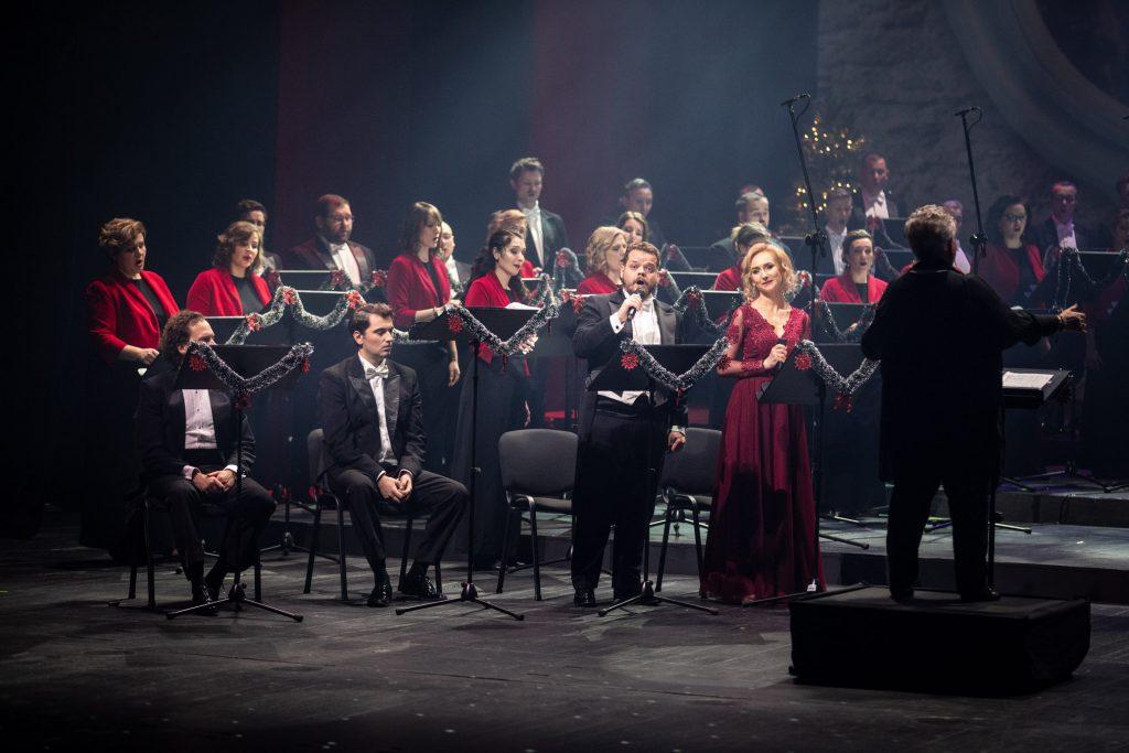 Na zdjęciu część chóru opery. Przed nimi dyrygent i kierownik chóru - Prof. Violetta Bielecka. Po lewej stronie kilku solistów.