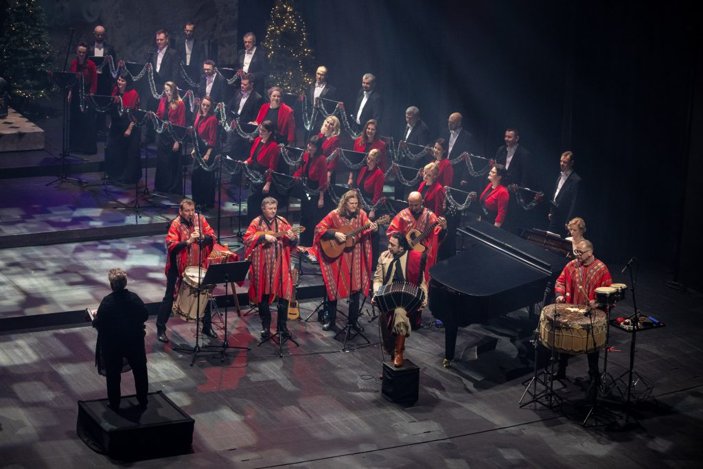 Nagranie do koncertu ''Siła serc''. Z przodu muzycy w strojach argentyńskich. Za nimi, przy fortepianie siedzi kobieta. Dalej stoi część chóru opery.