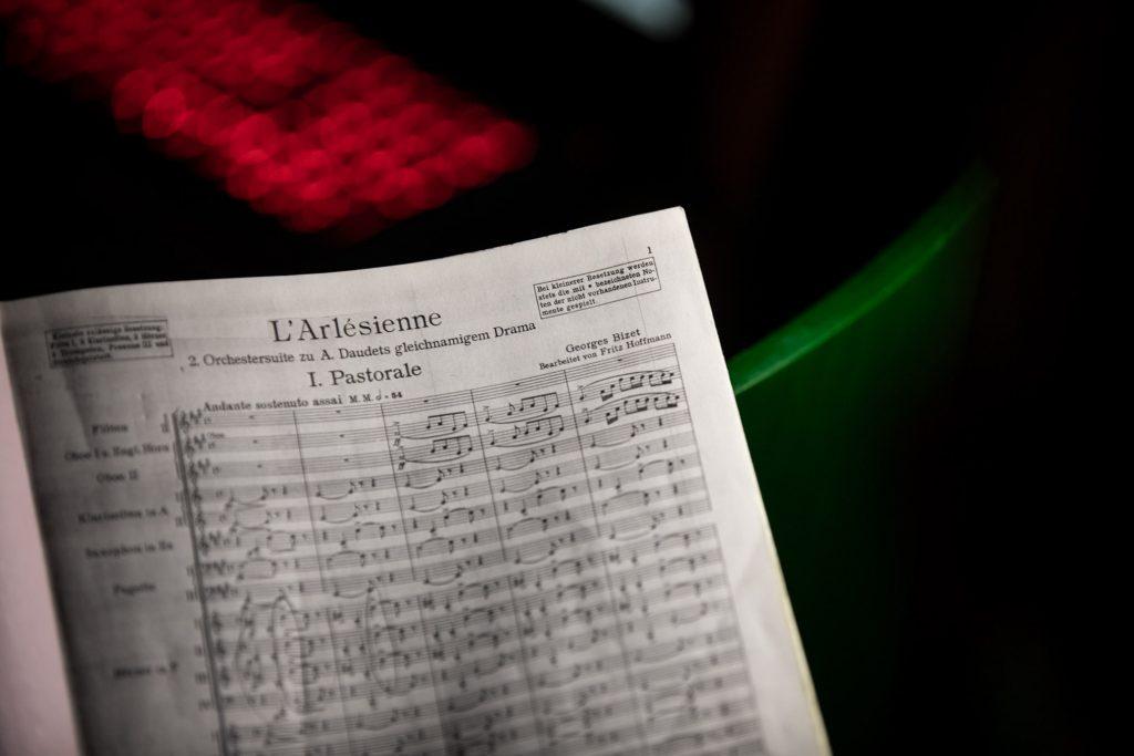 Na zdjęciu zbliżenie na pierwszą stronę partytury '' L'Arlesienne'' G. Bizet'a.