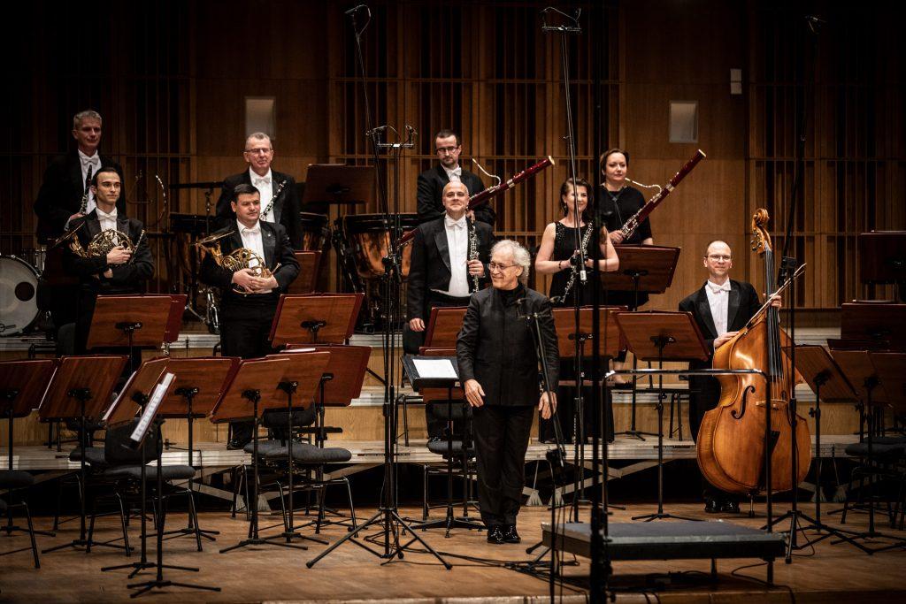 Na scenie sali koncertowej stoi część część Zespołu Kameralnego z Opery i Filharmonii Podlaskiej.. Przed nim stoi dyrygent.