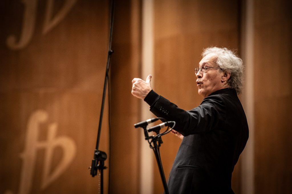 Zbliżenie na dyrygenta podczas nagrywania koncertu.