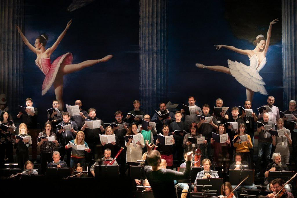 Zbliżenie na chór podczas próby do koncertu.