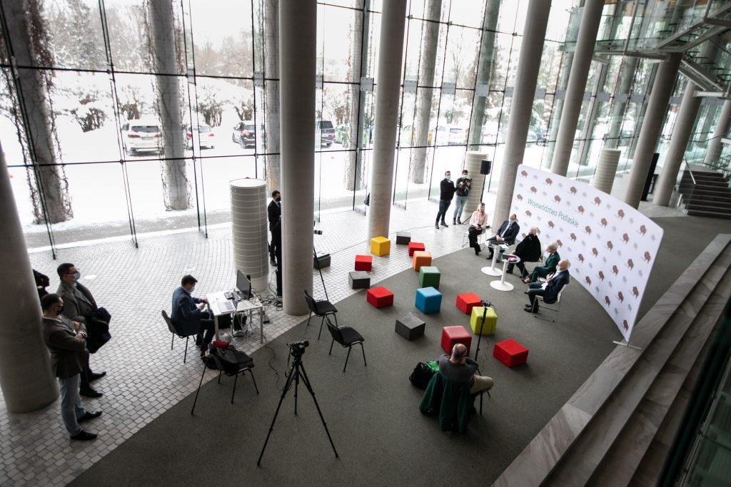 Konferencja prasowa w związku z organizacją koncertu walentynkowego , transmitowanego w Telewizji Polsat. Dolne foyer. Kilkanaście kolorowych, kwadratowych poduszek. Za nimi kilka statywów.