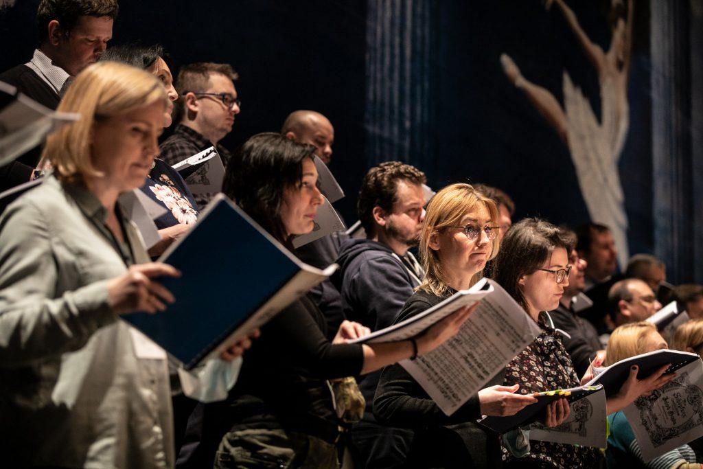 Na zdjęciu zbliżenie na chór podczas próby.