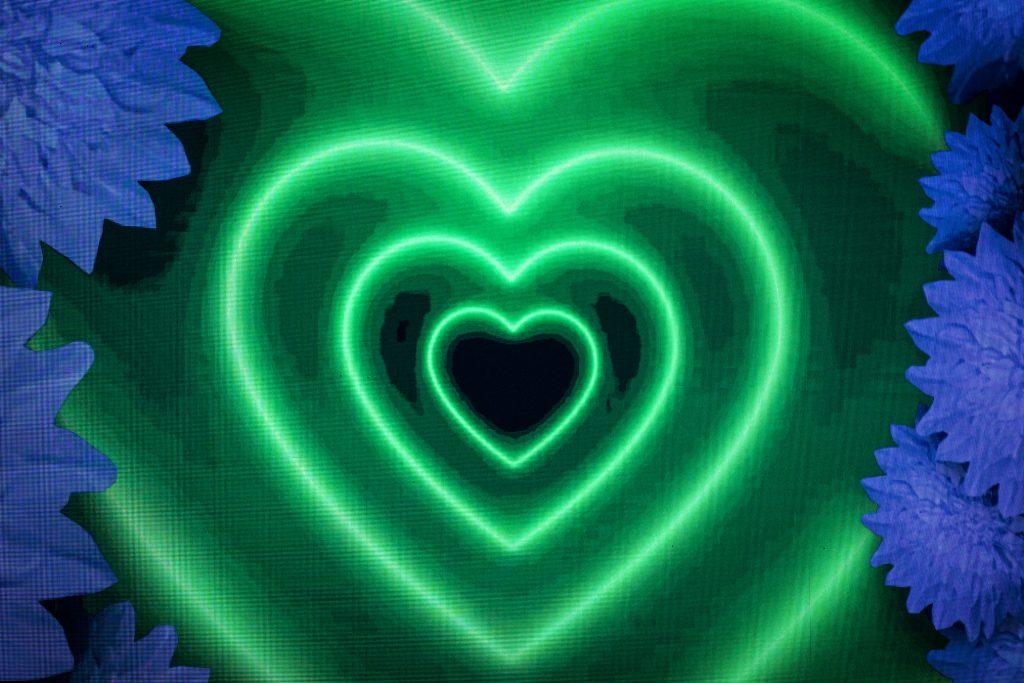 Na zdjęciu iluminacja świetlna w postaci zielonych serc, wyświetlonych od najmniejszego w środku do największego na zewnątrz.