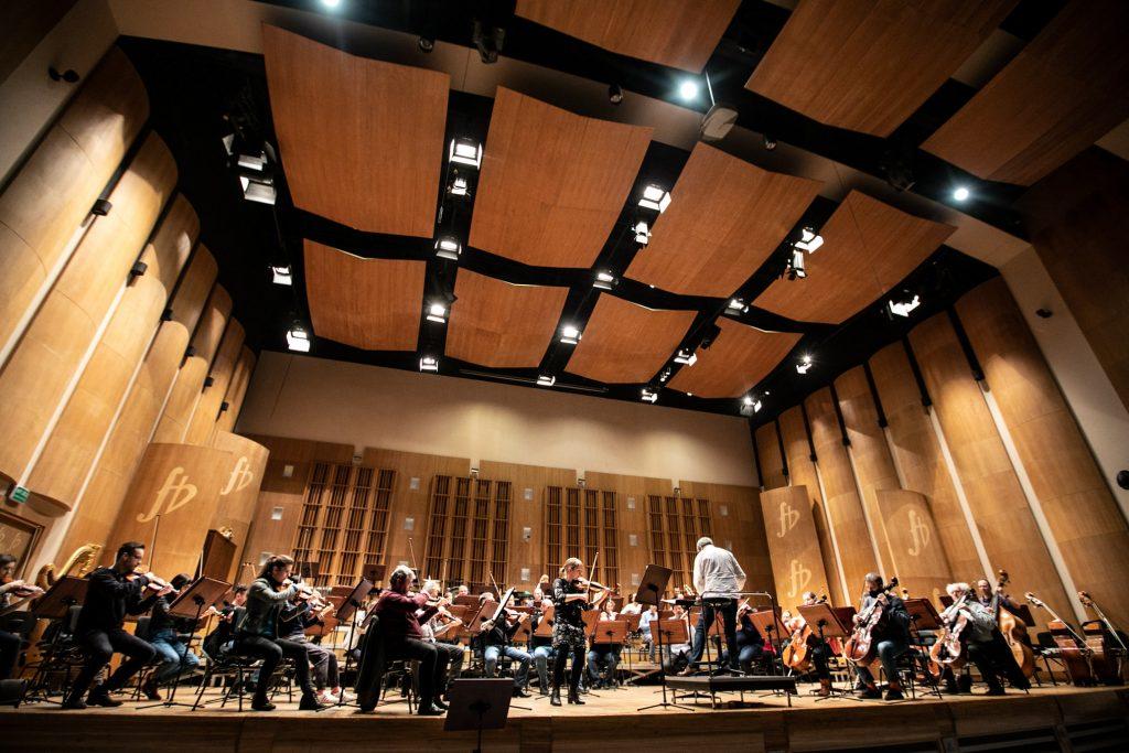 Próba do koncertu. Na scenie orkiestra Opery i Filharmonii Podlaskiej wraz z dyrygentem.