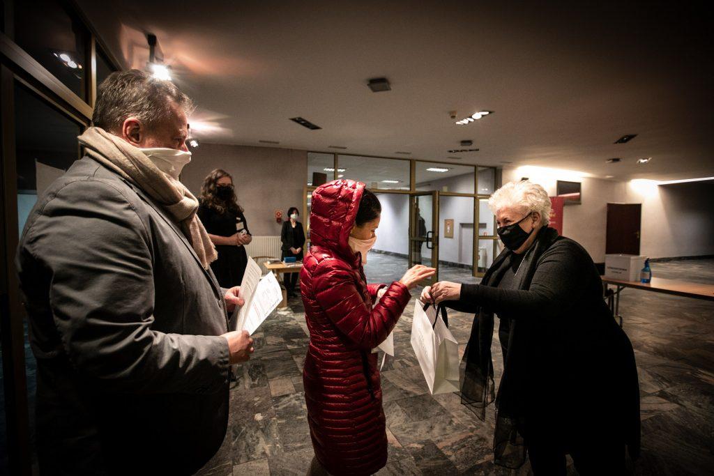 Prof. Violetta Bielecka wręcza upominek gościom przybyłym na koncert .