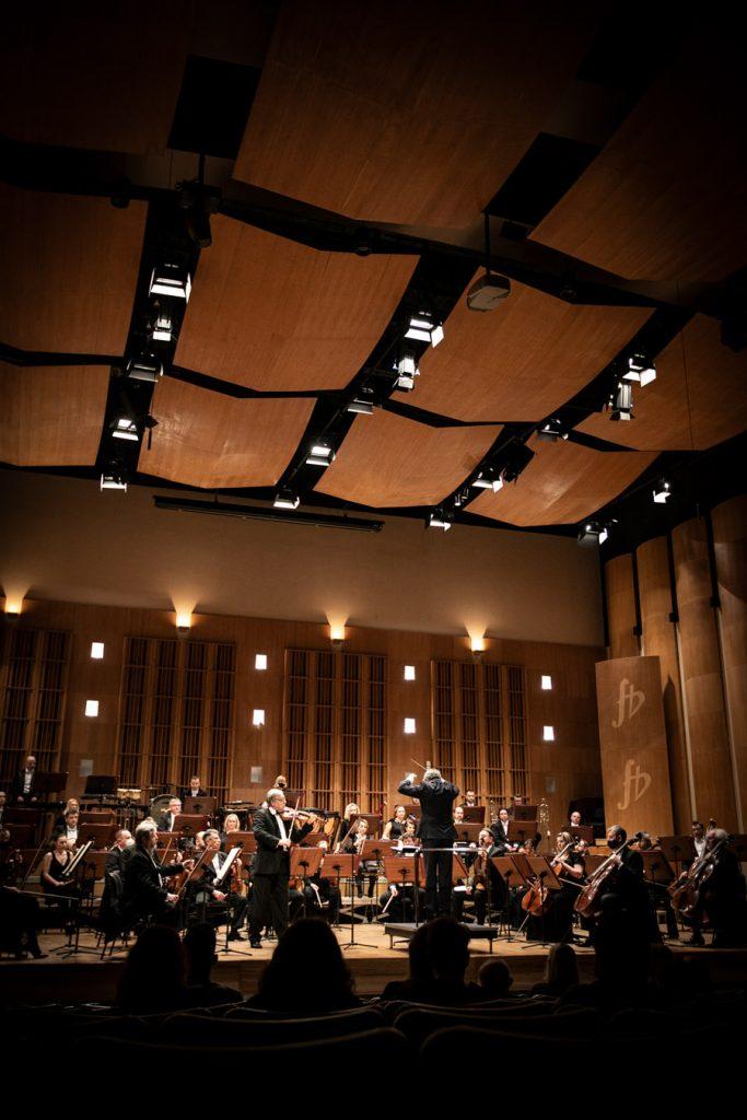 Na scenie solista i orkiestra Opery i Filharmonii Podlaskiej podczas koncertu.