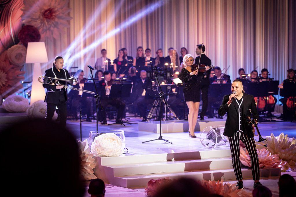 Scena podczas koncertu ''Walentynki z Polsatem''. Na niej gra Golec Orkiestra. Dalej siedzi Orkiestra Tomka Szymusia.