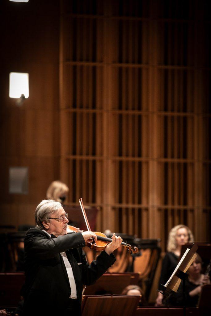 Solista grający na skrzypcach podczas koncertu.