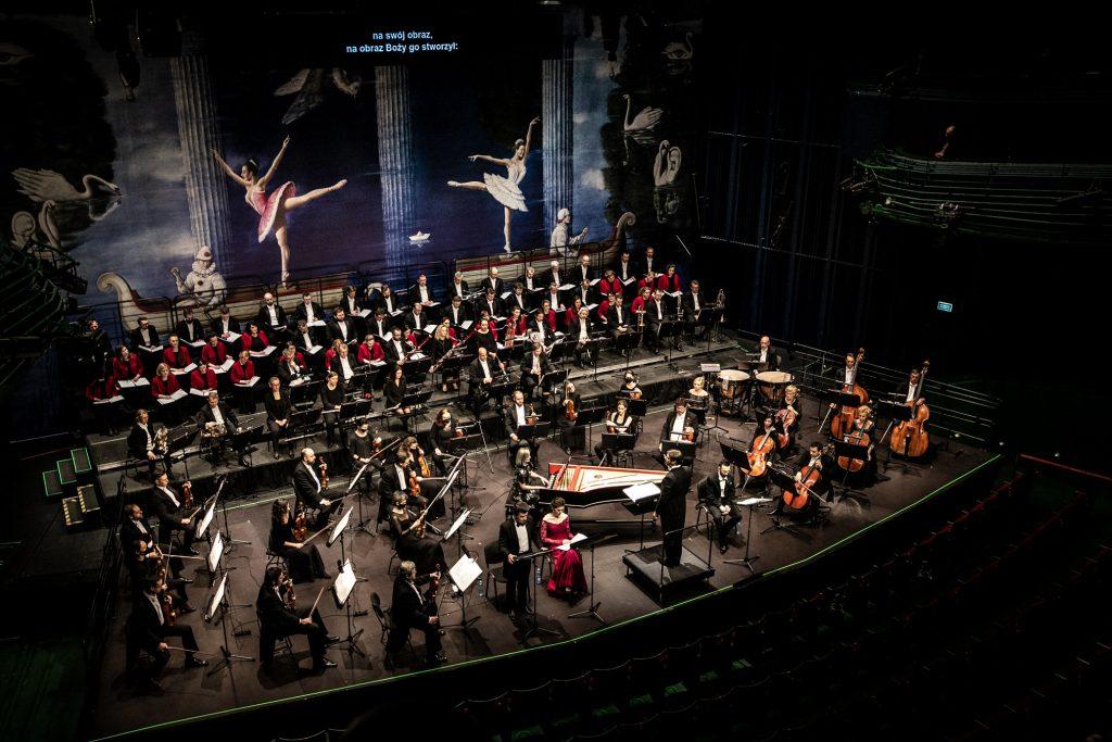 Widok z balkonu. Na scenie orkiestra i chór Opery i Filharmonii Podlaskiej, soliści i dyrygent.