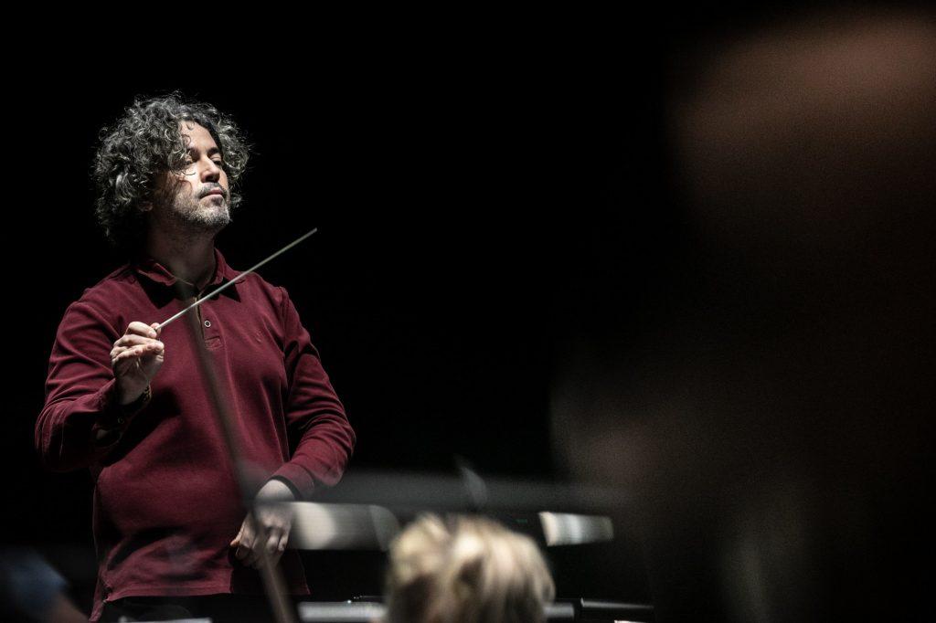 Zbliżenie na dyrygenta podczas próby do koncertu.