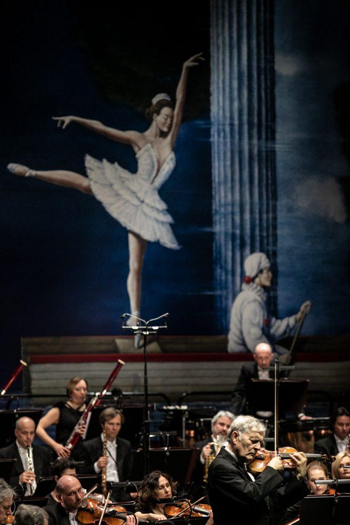 Na zdjęciu widoczna część orkiestry wraz z solistą podczas wykonywania utworu.