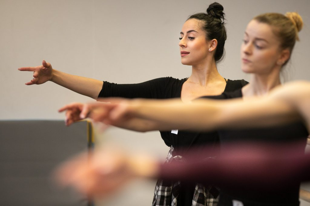 Zbliżenie na dwie kobiety stojące w pozycji baletowe.