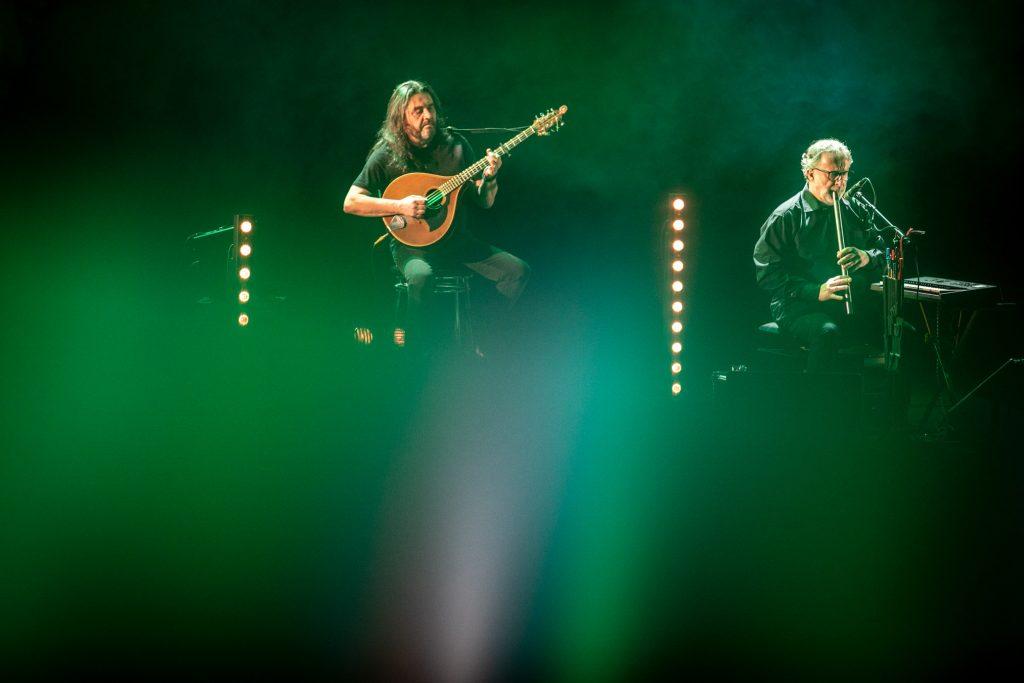Zbliżenie na dwóch muzyków zespołu Carrantuohill.